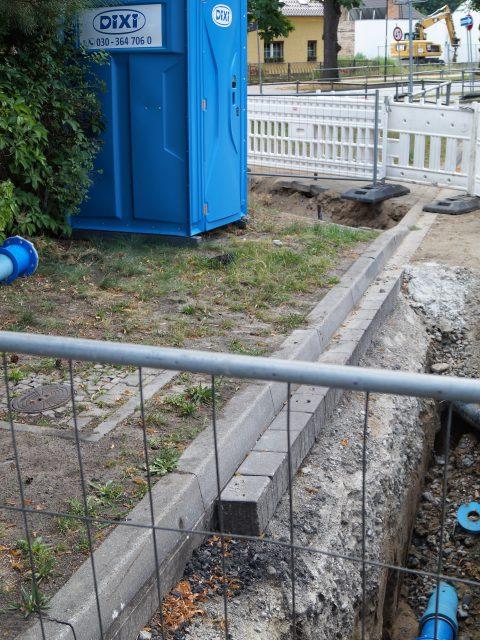Dixi-Klo in der Trinkwassergrube