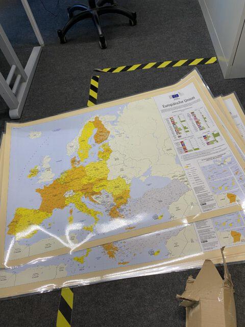 Europa-Karten an Schule übergeben